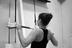 Разминка женщины с pulldown lat на спортзале Стоковое Изображение RF