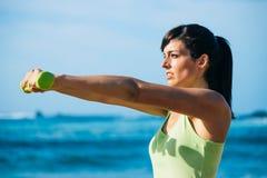 Разминка женщины фитнеса с гантелями внешними Стоковое фото RF
