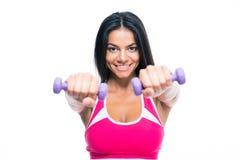 Разминка женщины фитнеса с гантелями Стоковое фото RF