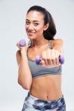 Разминка женщины фитнеса с гантелями Стоковое Изображение RF