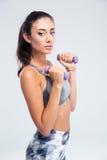 Разминка женщины фитнеса с гантелями Стоковые Фото