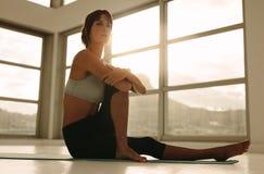 Разминка йоги женщины практикуя на медицинском центре Стоковые Фото