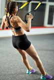 Разминка молодой женщины в спортзале Стоковое Изображение RF