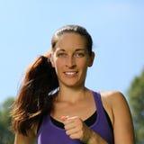 Разминка молодой женщины бежать или jogging в парке Стоковые Фотографии RF