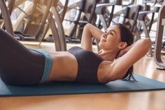 Разминка молодой женщины в образе жизни спортзала здоровом Стоковые Изображения