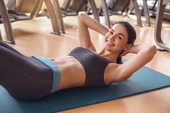 Разминка молодой женщины в образе жизни спортзала здоровом Стоковая Фотография