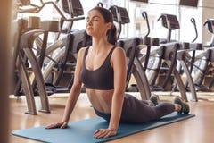 Разминка молодой женщины в образе жизни спортзала здоровом Стоковые Изображения RF
