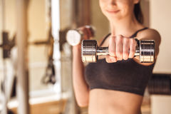 Разминка молодой женщины в образе жизни спортзала здоровом Стоковые Фото
