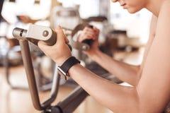 Разминка молодой женщины в образе жизни спортзала здоровом Стоковое Фото