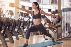 Разминка молодой женщины в образе жизни спортзала здоровом Стоковое Изображение