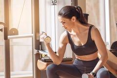 Разминка молодой женщины в образе жизни спортзала здоровом Стоковое фото RF