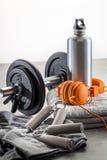 Разминка, образ жизни спортзала и концепция оборудования для мужских спорт Стоковые Фото