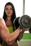 Разминка пар фитнеса - подходящие человек и женщина тренируют в спортзале Стоковое Изображение