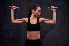 Разминка прочности мышечной уверенно женщины делая бицепс завивает Стоковые Фотографии RF