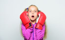Разминка ребенка боксера, здоровый фитнес нокдаун и энергия Успех спорта Спорт и мода sportswear Маленькая девочка внутри стоковое изображение