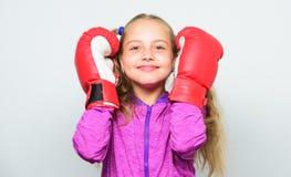 Разминка ребенка боксера, здоровый фитнес нокдаун и энергия Успех спорта маленькая девочка в пробивать перчаток бокса Спорт стоковые фото