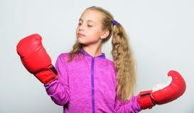Разминка ребенка боксера, здоровый фитнес нокдаун и энергия Успех спорта Спорт и мода sportswear Маленькая девочка внутри стоковое фото rf
