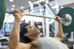 Разминка спортзала человека Стоковое фото RF