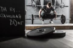 Разминка с штангой в спортзале стоковое изображение rf