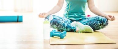 Разминка тела и разума в студии фитнеса просторной квартиры стоковое изображение