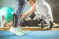Разминка тела и разума в студии фитнеса просторной квартиры стоковые изображения