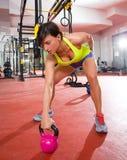 Разминка тренировки качания Kettlebells пригодности Crossfit на спортзале Стоковое Фото