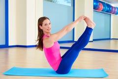 Разминка тренировки коромысла ноги женщины Pilates открытая Стоковые Фотографии RF