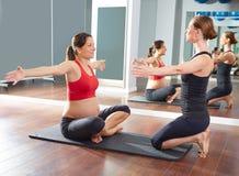 Разминка тренировки pilates беременной женщины на спортзале Стоковое фото RF