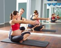 Разминка тренировки pilates беременной женщины на спортзале Стоковые Изображения RF