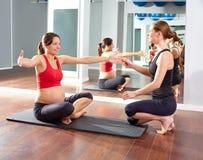 Разминка тренировки pilates беременной женщины на спортзале Стоковое Фото