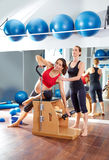 Разминка тренировки pilates беременной женщины на спортзале Стоковые Фотографии RF