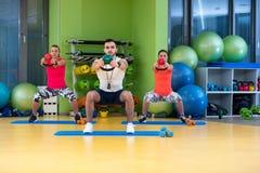 Разминка человека и женщины тренировки качания Kettlebells на спортзале Стоковая Фотография RF