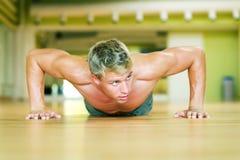 разминка pushups Стоковая Фотография