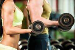 Разминка youple фитнеса - подходящие mann и женщина тренируют в спортзале Стоковое Изображение