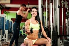 Разминка youple фитнеса - подходящие mann и женщина тренируют в спортзале Стоковое Фото