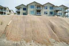 Размывание дюны кондо и пляжа Oceanfront Стоковое фото RF