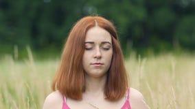 Размышляющ женщина просигнальте в outdoors, женском с закрытыми глазами во внутреннем единстве виска акции видеоматериалы