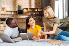 3 размышляя веселых друз подготавливая проект Стоковая Фотография RF