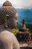 Размышляющ сидя sideview sculputre Будды внутри Стоковые Изображения