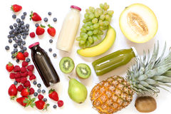 3 разного вида свежих соков или smoothies в бутылках и ингридиентах изолированных на белой предпосылке Стоковые Изображения RF
