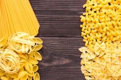 Разнообразие видов и формы сухой макарон Еда или текстура итальянской макарон сырцовая: макаронные изделия, спагетти, макаронные  стоковые фото