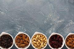 Разнообразие гаек и высушенных плодоовощей в малых шарах Стоковая Фотография RF