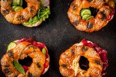 Разнообразие домодельных сандвичей бейгл с сезамом и маковым семененем Стоковые Изображения