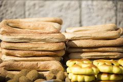 Разнообразие еврейские хлебобулочные изделия улицы на подносе Стоковое фото RF
