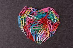 Разнообразие зажимов цвета бумажных аранжировало в форме сердца Стоковые Изображения