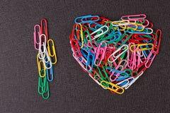 Разнообразие зажимов цвета бумажных аранжировало в форме сердца Стоковое Фото