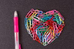 Разнообразие зажимов цвета бумажных аранжировало в форме сердца Стоковое Изображение RF