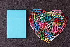 Разнообразие зажимов цвета бумажных аранжировало в форме сердца Стоковое Изображение