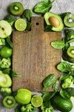 Разнообразие зеленых фруктов и овощей с пустым деревянным вырезыванием Стоковые Изображения