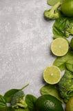 Разнообразие зеленых фруктов и овощей на серой предпосылке бетона, камня или шифера Стоковое Изображение RF